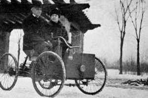 Mr_and_Mrs_Henry_Ford_in_his_first_car